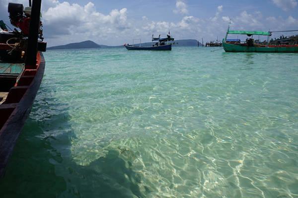 Nước biển trong vắt và xanh màu ngọc ở Koh Rong - Ảnh: Mỹ Hạnh