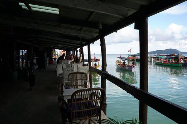 Quán nước nhìn ra cầu cảng - Ảnh: Mỹ Hạnh