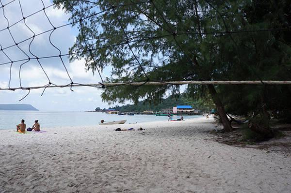 Ở đảo bạn có thể chơi bóng chuyền, lặn ngắm san hô hay đơn giản là nằm dài phơi nắng - Ảnh: Mỹ Hạnh