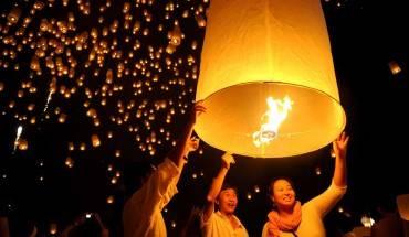 Những chiếc đèn trời rực sáng cả một bầu trời đêm. Ảnh: visitkhaolak.com