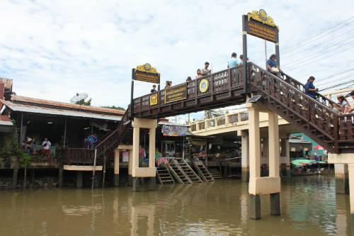 Chợ nổi Amphawa với các cây cầu bắc qua con sông.