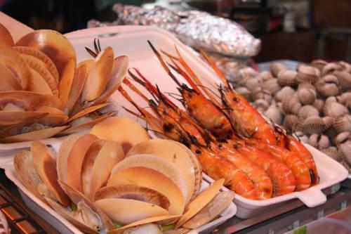 Hải sản tươi ngon được bày bán ở các khu chợ.