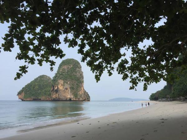 Ngoài vịnh biển là những đảo đá nhỏ - Ảnh: Băng Giang