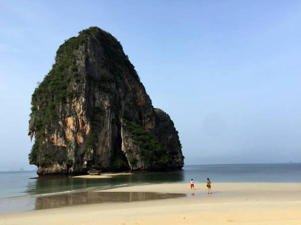 Một đảo đá rất gần bờ, khi thủy triều rút có lội bộ đến nơi - Ảnh: Đức Hùng