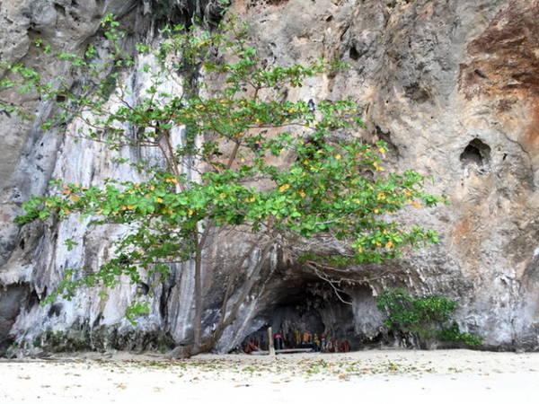Động Pranang, phần hồn linh thiêng của đảo Railay - Ảnh: Băng Giang