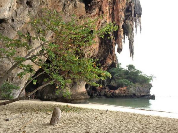 Một biểu tượng Linga bằng gỗ được chôn sâu trong cát - Ảnh: Băng Giang