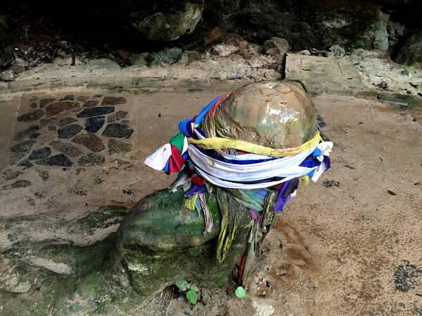 Biểu tượng Linga bằng đá trên đường mòn tới động Pranang - Ảnh: Băng Giang