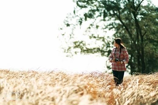 Đừng quên đồng cỏ muối đẹp như trong phim này nhé. Có phải vì cánh đồng cỏ bao la này mà biết bao cặp đôi đã tìm đến Thạnh An để thực hiện những bộ ảnh cưới cực lung linh không nhỉ? (Ảnh: Internet)