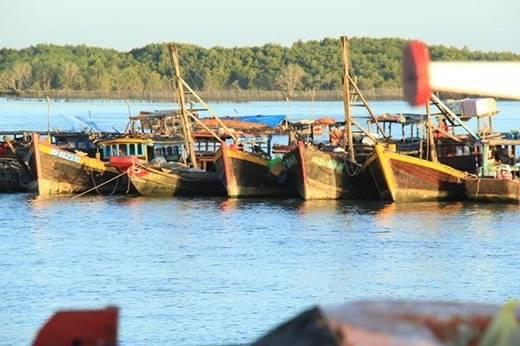 Những con thuyền gỗ sờn cũ vì năm tháng nằm lặng im bên nhau ngắm hoàng hôn dần buông xuống trên xã đảo thân thương. (Ảnh: Internet)