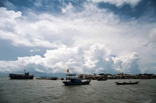 Những khối mây cuồn cuộn bên trên sóng nước mênh mông làm nổi bật các chiếc thuyền đơn sơ. (Ảnh: Internet)