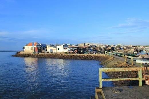 Bờ kè sát biển chính là cửa ngõ chào đón bạn đến với xã đảo hoang sơ này. Đây cũng là một điểm lí tưởng cho một cuộc ngắm bình minh hay buổi tản bộ chầm chậm đợi ngày tắt dần. (Ảnh: Internet)
