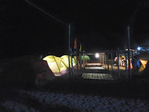 Khu cắm trại sáng đèn vào ban đêm.
