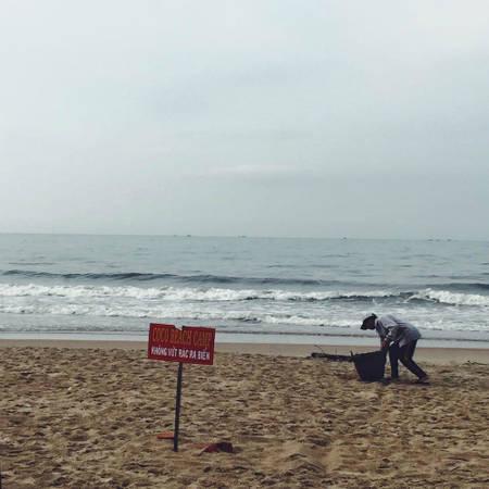 Ý thức bảo vệ môi trường ở đây rất nghiêm túc, nên hiện tại bãi biển được giữ gìn sạch sẽ. Khách đến cũng ý thức nên hầu hết ăn xong đều tự dọn. Nếu xả rác tại đây, bạn có thể bị mời rời khỏi Coco Beach hoặc đóng tiền phạt. Ảnh: Thảo Nghi