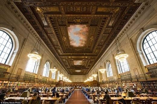 Khá dễ hiểu vì sao thư viện cộng đồng New York mất tận 12 năm xây dựng, khi bạn tận mắt thấy trần nhà cao chót vót và nội thất mạ vàng của nó. Trong ảnh là phòng đọc chính có tên The Rose. (Nguồn: Daily Mail)