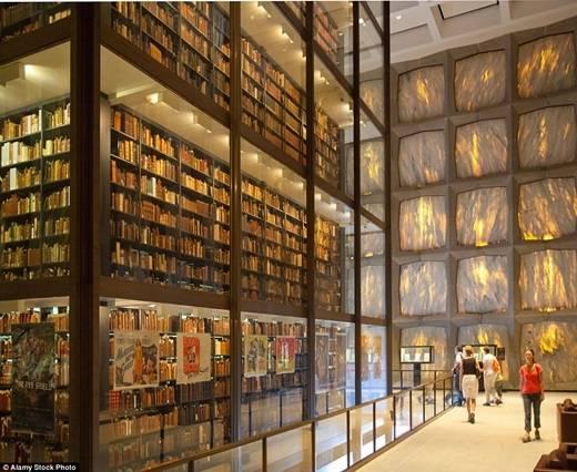 Thư viện sách hiếm Beinecke ở đại học Yale chứa những bản in đầu tiên của nhiều sách quý và bản viết tay, được lưu trữ và bảo quản cẩn thận trong một mạng lưới kệ sách bằng kính hiện đại. (Nguồn: Daily Mail)