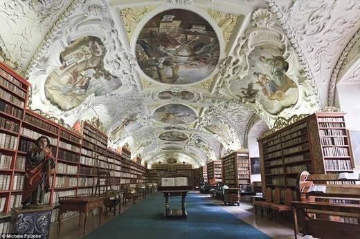Hội trường Thần học bên trong thư viện Strahov ở Prague có thể làm bất cứ ai choáng ngợp vì sự lộng lẫy. (Nguồn: Daily Mail)