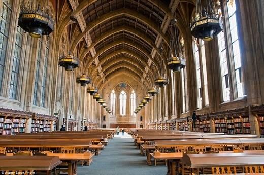 Dành cho những fan cuồng của cậu bé phù thủy Harry Potter: phòng đọc lấy cảm hứng từ trường Hogwarts ở thư viện Suzzallo thuộc trường đại học Washington sáng lung linh nhờ những hàng đèn bằng đồng, những chiếc bàn gỗ sồi đồ sộ bên dưới mái nhà cao gần 20m. (Nguồn: Daily Mail)