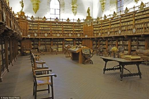 """Thư viện của trường đại học Salamanca ở Tây Ban Nha chứa một lượng sách khá khủng – gần 906.000 quyển. Đến đây, bạn có thể tha hồ """"lê la"""" đọc sách cả ngày trên những chiếc ghế gỗ cực kì thoải mái. (Nguồn: Daily Mail)"""