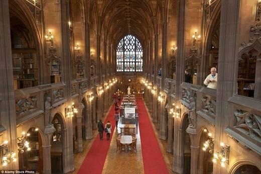 Nằm ở thành phố Manchester, thư viện John Rylands mang đậm phong cách Gothic, được mở từ ngày 1/1/1900. Trong ảnh là phòng đọc với những ô cửa kính thơ mộng. (Nguồn: Daily Mail)