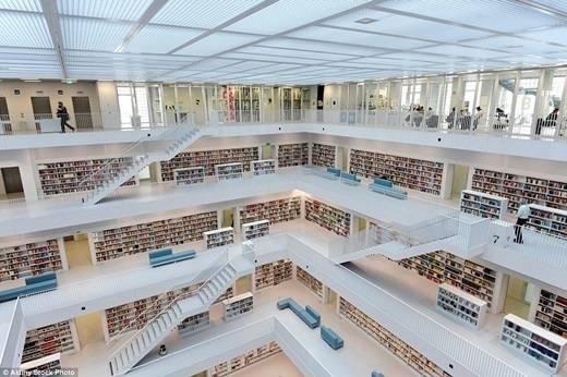 Còn thư viện Stadtbibliothek Stuttgart ở Đức đã có mặt từ năm 1965 với thiết kế tối giản nhưng cực kì hiện đại. (Nguồn: Daily Mail)