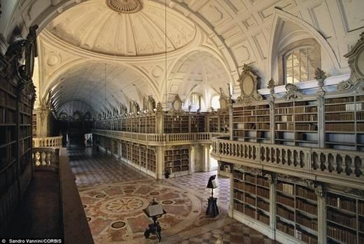 Cuối cùng, thư viện nhà dòng ở cung điện quốc gia Mafra chứa một số sách khá khiêm tốn so với những thư viện còn lại – chỉ 36.000 quyển – nhưng đã được lưu trữ từ rất lâu. (Nguồn: Daily Mail)