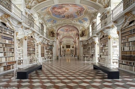 Thư viện nhà dòng lớn nhất thế giới thuộc về thư viện Admont Benedictine Monastery ở Áo với khoảng 200.000 quyển sách được xếp ngay ngắn trong các sảnh lớn tuyệt đẹp. (Nguồn: Daily Mail)