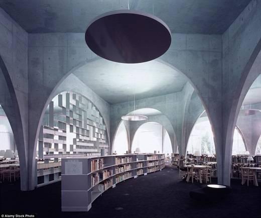 Với thiết kế mái vòm theo phong cách La Mã, thư viện của trường đại học nghệ thuật Tama là một địa điểm lí tưởng cho những con mọt sách tận hưởng thời gian rảnh rỗi trong khoảng không gian đẹp và rất mực tĩnh lặng. (Nguồn: Daily Mail)