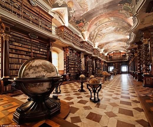 Thư viện Clementinum ở Cộng hòa Séc có phần nội thất lộng lẫy với hoa văn mạ vàng được chạm khắc và bức bích họa khổng lồ trên trần nhà. (Nguồn: Daily Mail)
