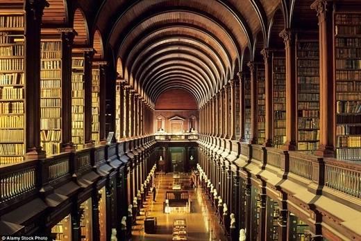 Căn phòng có chiều dài 86m của thư viện trường đại học Trinity danh tiếng ở Dublin được xây dựng từ năm 1712 đến năm 1732. Đến những năm 1850, thư viện này được cấp phép lưu trữ những bản sao miễn phí của tất cả các quyển sách được xuất bản ở Ireland và Anh. (Nguồn: Daily Mail)
