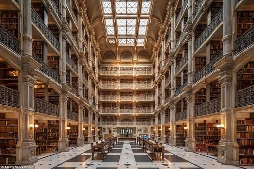 Thư viện 6 tầng Baltimore George Peabody là một trong những thư viện đẹp nhất thế giới, chứa 300.000 đầu sách có niên đại từ thế kỉ 18 đến thế kỉ 19. (Nguồn: Daily Mail)