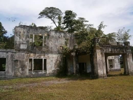 """Những bóng ma trong ngôi nhà gỗ bỏ hoang cũng là chuyện """"thường ngày ở huyện"""". (Nguồn: Internet)"""