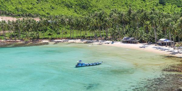 Quanh đảo được bao phủ bằng những rặng dừa xanh ngút ngàn, cảnh sắc êm đềm, thơ mộng. Ảnh: Anh Dang /Flickr.com