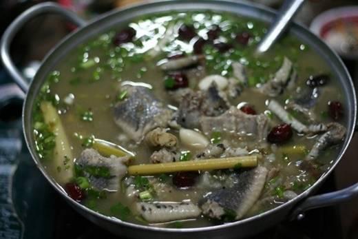 Rắn là đặc sản của người dân xứ miệt vườn. Các món chế biến từ nguyên liệu đặc biệt này gồm lẩu rắn, nấu cháo, xào xả ớt, nướng trui, hầm xả, gỏi, băm xúc bánh tráng… Ảnh: S2ki.