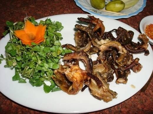 Thằn lằn núi là đặc sản của vùng núi Bà Đen (Tây Ninh). Có hai cách để chế biến món ăn này là nướng (nguyên con) và bằm nhuyễn xúc bánh tráng. Hình thức đầu, món ăn khá đáng sợ. Ảnh: Vietpicture.