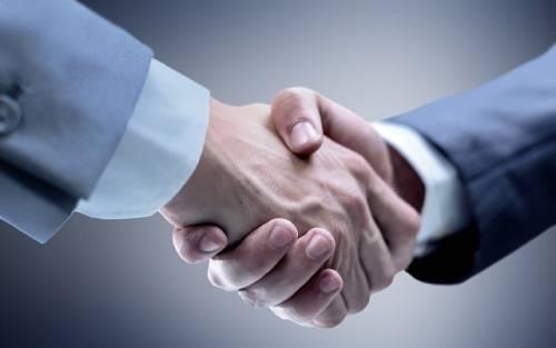 Bắt tay thật chắc cho thấy sự thân thiện và lịch thiệp của mình tới người đối diện. Ảnh: Amongmen.