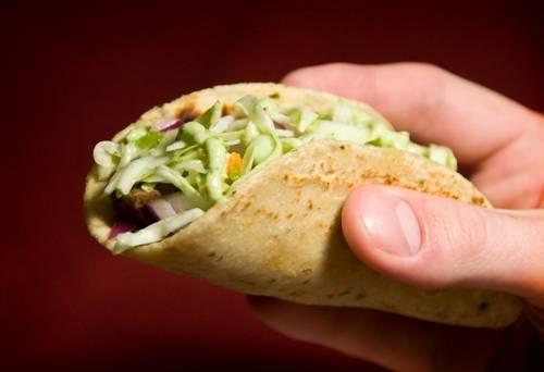Taco là một món bánh bằng bột ngô hoặc bột mì bên ngoài, có nhân là rau và thịt bên trong. Ảnh: WordPress.