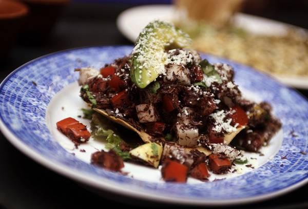 Đây là món bánh tacos với nhân châu chấu. Ảnh: Henry Romero / Reuters