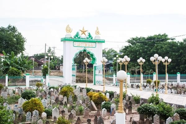 Điểm độc đáo của thánh đường Jamiul Azhar là trước cửa có một nghĩa trang. Theo người dân địa phương, đây là nơi an táng của nhiều người Hồi giáo trên khắp Việt Nam.