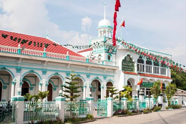 Phần lớn nhà thờ Hồi giáo được sơn màu xanh và trắng. Huyện An Phú và Châu Giang còn là nơi tập trung của nhiều cơ quan, trung tâm giáo hội, trường học của người theo đạo Hồi.