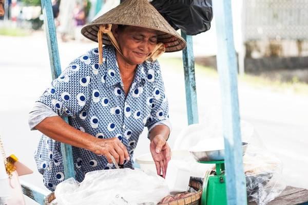 Chiều đến, du khách có thể bắt gặp các hàng rong với món ăn đặc trưng của An Giang. Đó là những thức quà vặt dân dã như bánh tằm, chuối hấp, xôi sắn.. Bạn có thể mua một bọc 3.000 - 5.000 đồng để thưởng thức trên đường khám phá.