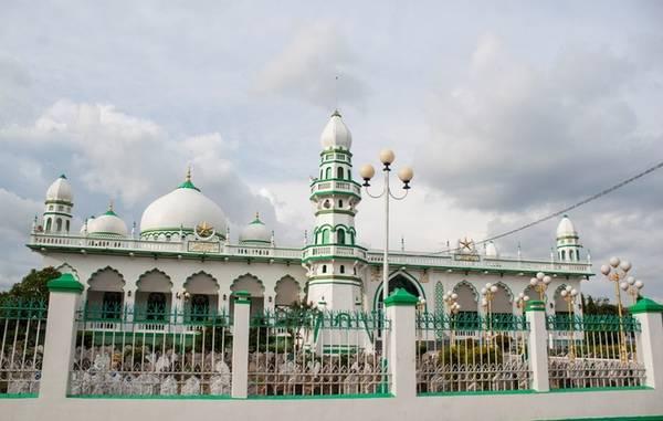Masjid Jamiul Azhar là một trong những thánh đường lớn nhất tại An Giang, thuộc địa phận xã Châu Phong. Được xây dựng từ năm 1959, thánh đường trải qua nhiều đợt trùng tu và lớn nhất là vào năm 2012. Với mái vòm, biểu tượng trăng lưỡi liềm và các kiến trúc rõ nét Hồi Giáo, công trình này được coi là một trong những thánh đường Hồi giáo đẹp nhất Việt Nam.