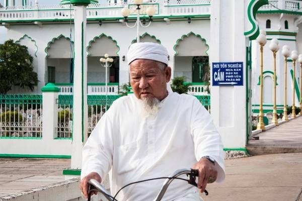 Người đàn ông trong trang phục truyền thống sau buổi lễ chiều. Với người Hồi giáo, một ngày có 5 thời điểm làm lễ: trước khi mặt trời mọc, trước giữa trưa, xế chiều, tối và trước khi đi ngủ.