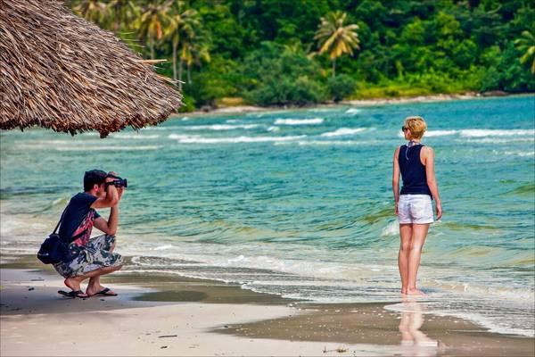 Du khách nước ngoài ghi lại khoảnh khắc đẹp tại Bãi Sao Phú Quốc. Ảnh: khoanhkhacvietnam