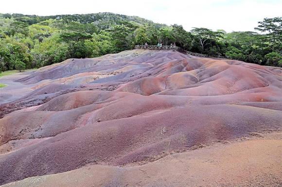 Vùng đất 7 màu ngoạn mục nằm ngay giữa đồn điền Chamarel. Ảnh: The Star.