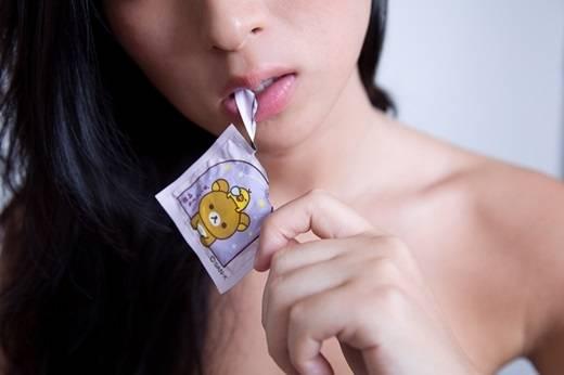 """Học sinh Nhật Bản rất ngại ngùng và không dám """"thân chinh"""" mua bao cao su ở các cửa hàng tiện lợi hay siêu thị. (Ảnh Internet)"""