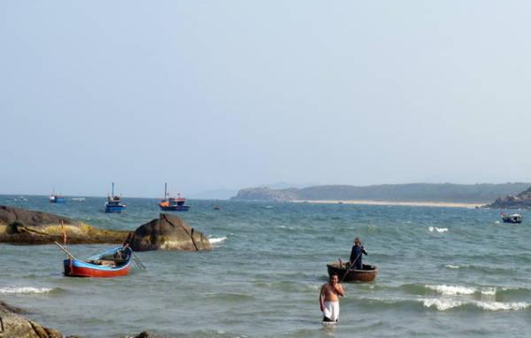 Những ngư dân câu cá thửng gần bờ - Ảnh: Minh Kỳ