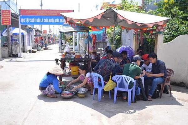 Hiện nay, hàng quán ở Thạnh An đã nhiều hơn trước, tập trung đông nhất ở chợ gần ủy ban xã và rải rác theo con đường chính qua khu dân cư trên đảo.