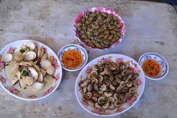 Có nhiều cách để bạn thưởng thức hải sản trên đảo. Ở chợ có một số hàng bán ốc, nghêu luộc sẵn hoặc hải sản nướng giá rẻ. Một đĩa ốc mỡ, ốc cà na hoặc nghêu hấp giá khoảng 10.000 - 15.000 đồng.