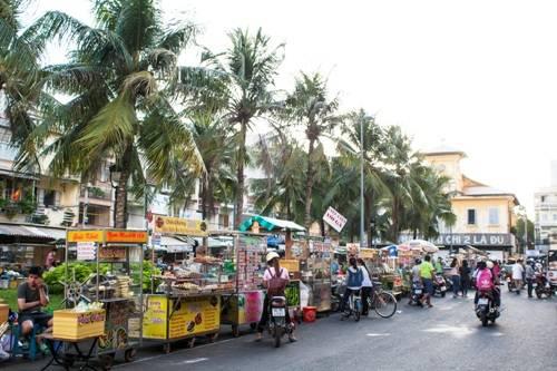 Khu chợ ẩm thực là thiên đường cho những người mê đồ ăn vặt tại thành phố Cần Thơ. Khi mặt trời dần buông trên dòng Hậu Giang, rất nhiều người bán đẩy xe hàng từ khắp nơi về con phố nhỏ này để họp chợ.