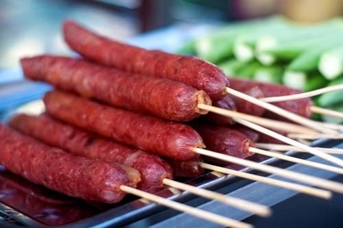 """""""Tung lò mò"""", một món ăn đặc trưng của người Chăm tại miền Nam. Người chế biến băm thịt bò, trộn với các loại gia vị đặc trưng của người Chăm rồi nhồi vào lòng bò. Sau đó, món ăn sẽ được phơi lên cho ráo nước, gần giống cách làm lạp xưởng xông khói của nhiều đồng bào dân tộc phía Bắc."""
